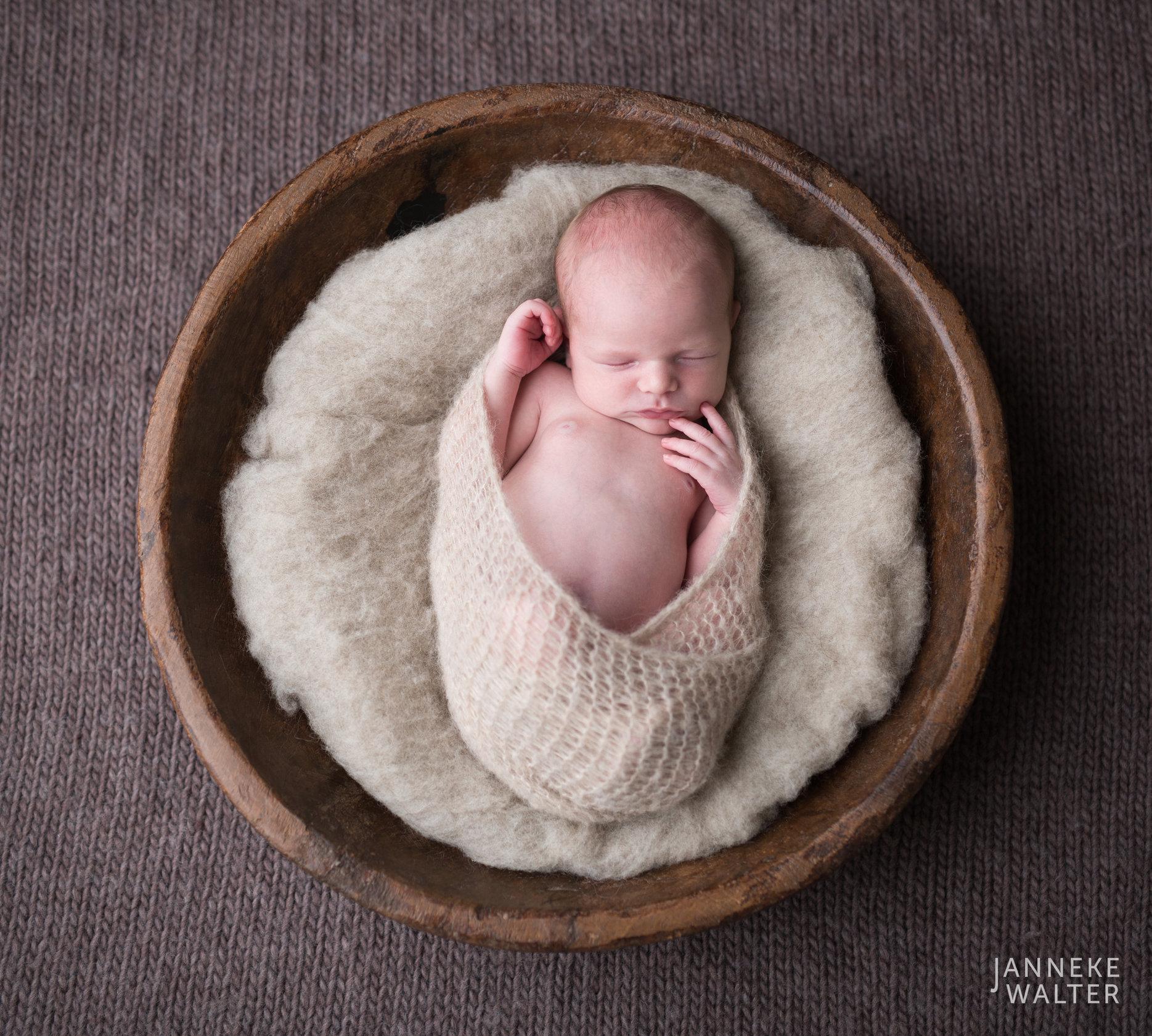 Foto newborn baby houten schaal @ Janneke Walter, newborn fotograaf Utrecht De Bilt, newborn fotografie, babyfotografie, newborn fotoshoot, newborn shoot