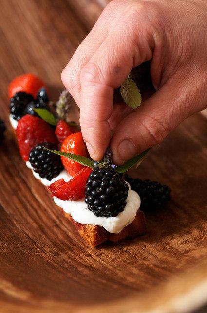 ©  6309017404 Daniel Poolman - Roodfruit met citruscake en hangop.jpg