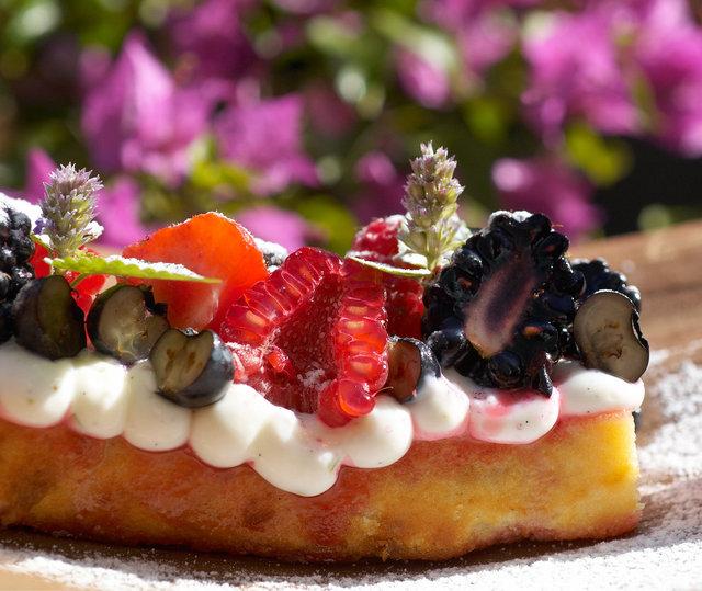 ©  6309017482A Daniel Poolman - Roodfruit met citruscake en hangop.jpg