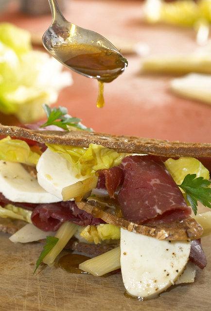 ©  6309008109 Arjan Bishop - Krokante sandwich met waterbuffel.jpg