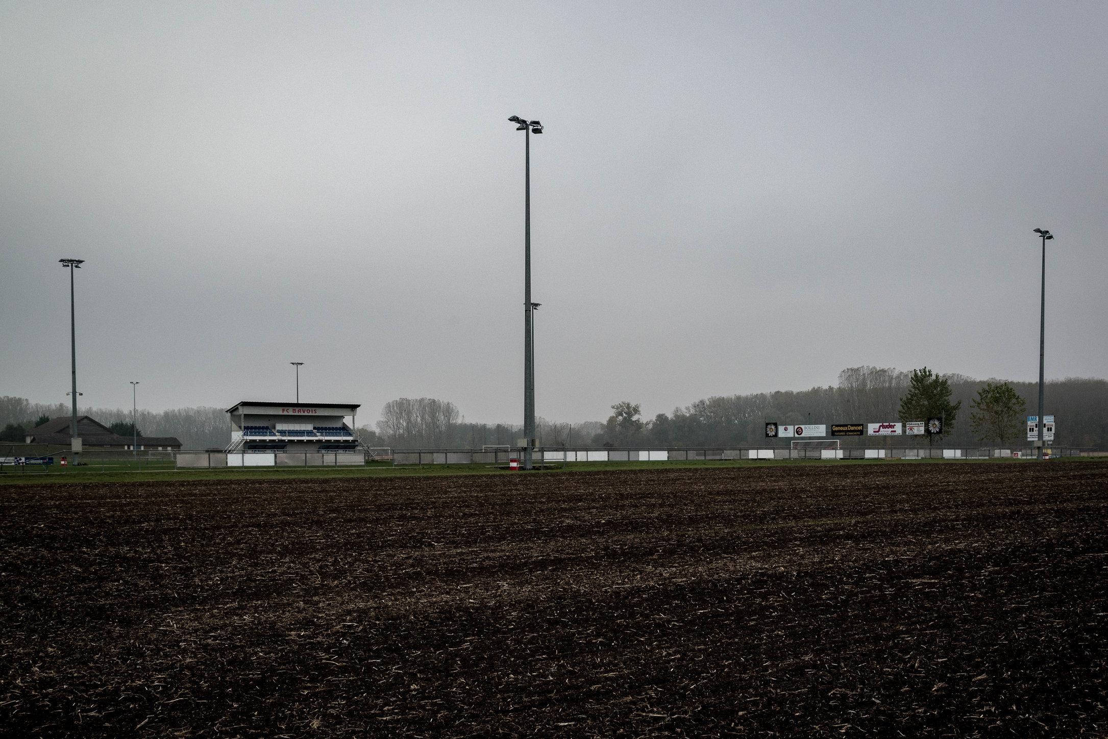 Fussmarsch über Moorfelder zum Stadion.