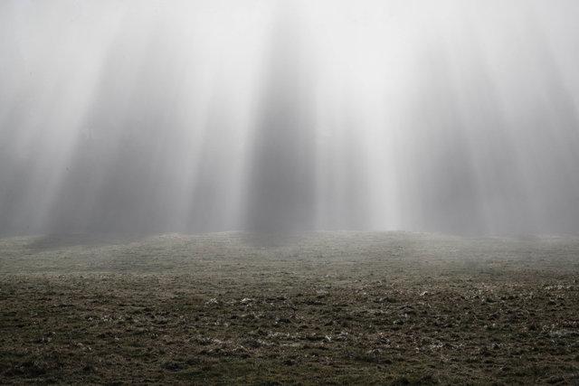Eine Nebelwelle rollt auf uns zu.