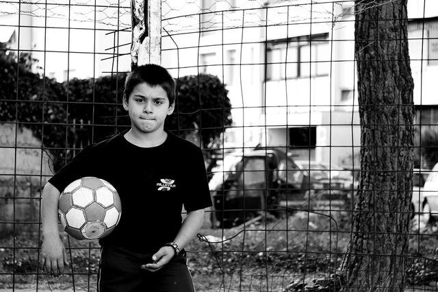 Un bambino che segue le attività dell'associazione Un infanzia da vivere.