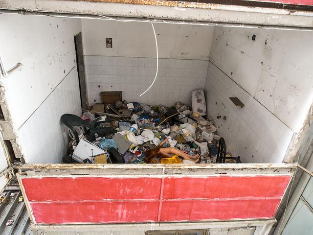 Un appartamento vuoto nelle Vele invaso dai rifiuti