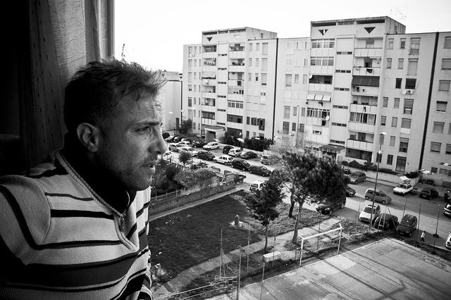 Bruno, il fondatore dell'asociazione Un Infanzia da vivere affacciato al balcone della sua abitazion