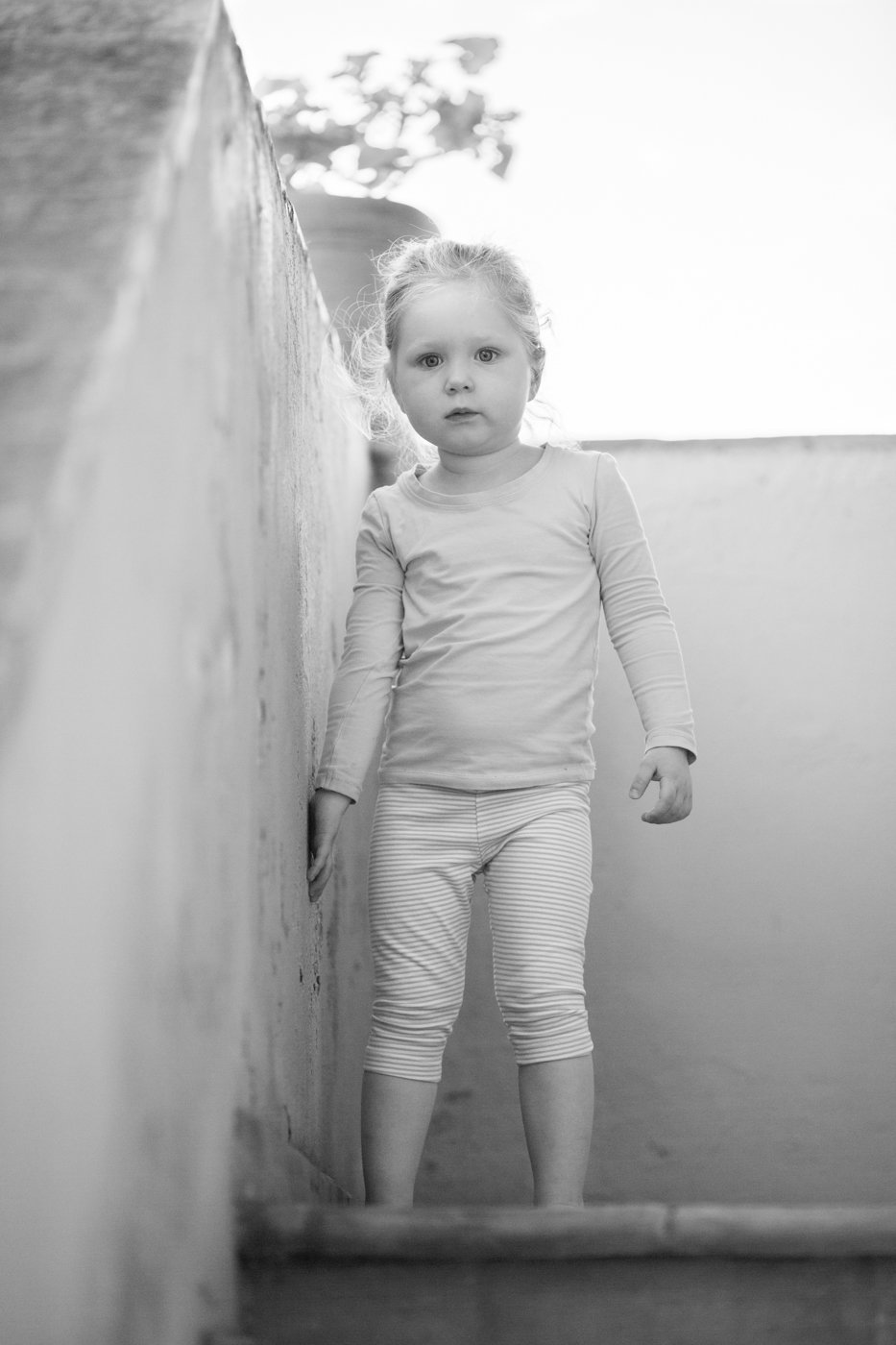 portretfoto jong kind bij trap - © Janneke Walter, kinderfotograaf omgeving Utrecht