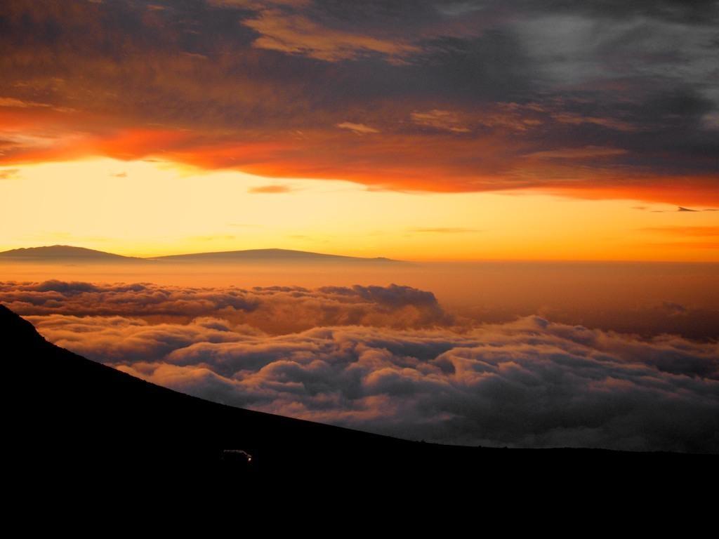 Nascer do sol com Carro no Vulcão Haleakala