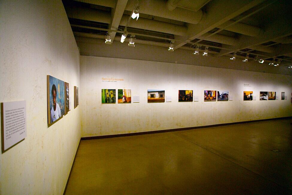 emoriya_molende_exhibition_8_lahis_tekstitaulu_kulmasta_0870.jpg
