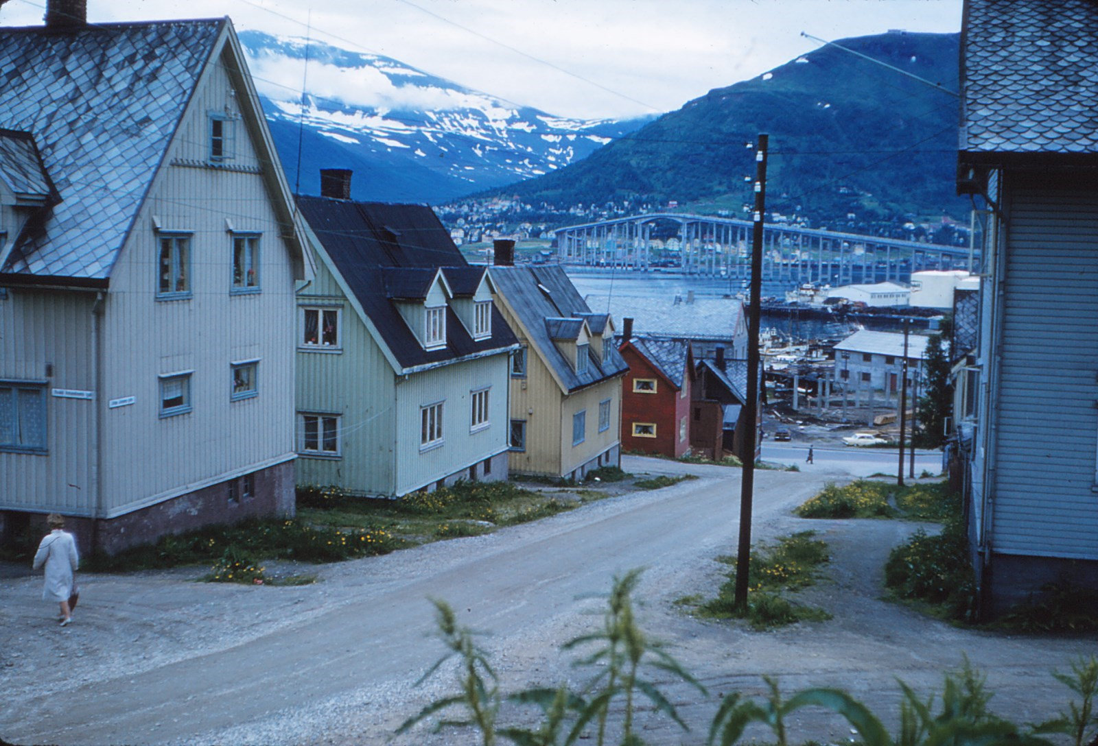 881 (30) Tromsø, hooggelegen brug op achtergrond. Straat