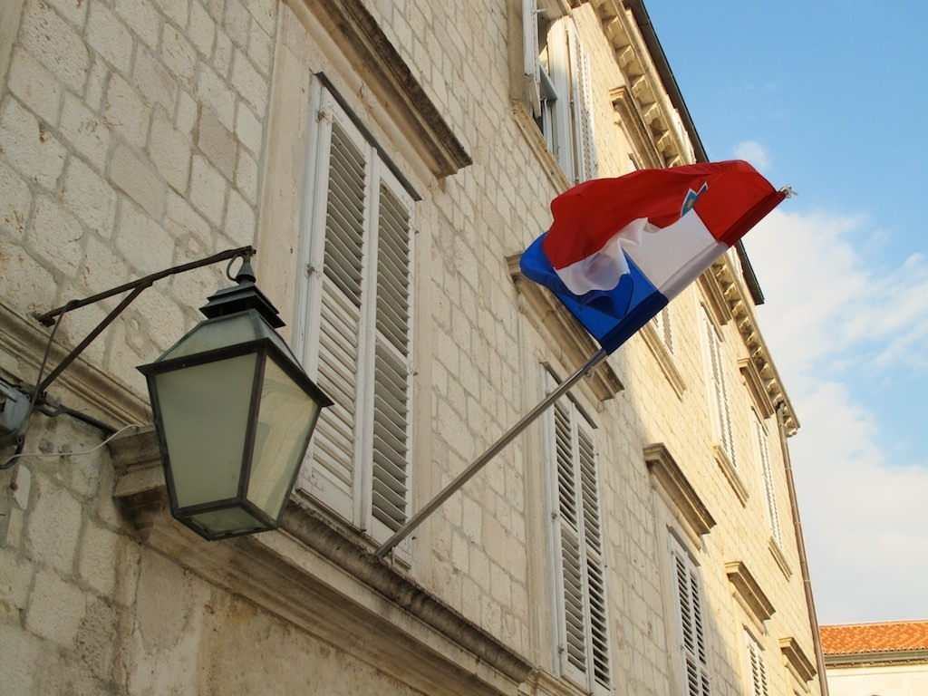 Fachada com bandeira