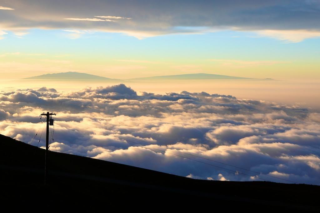 Poste de energia sobre as nuvens no Vulcão Haleaka
