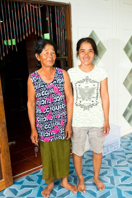 Mother & daughter weavers