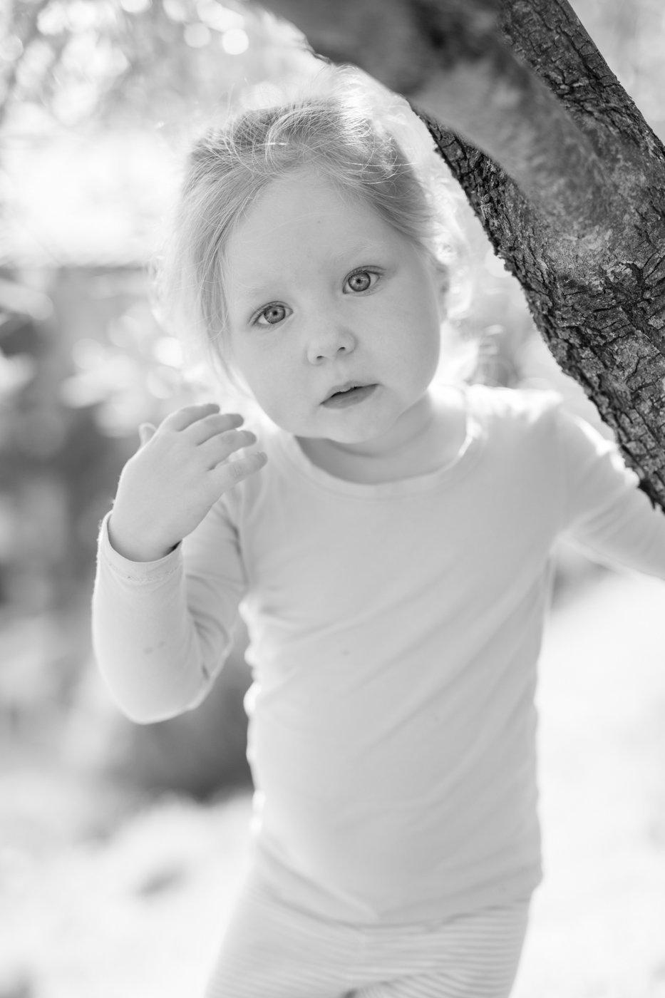 portretfoto jong kind bij boom - © Janneke Walter, kinderfotograaf omgeving Utrecht
