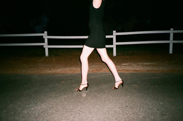 mini jupe et bras tendus devant un pré.jpg