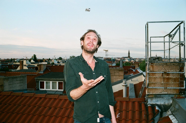 Philip à la maison, sur le toit.jpg