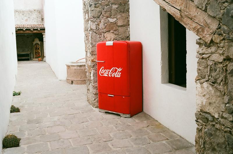 frigo rouge et allée blanche.jpg