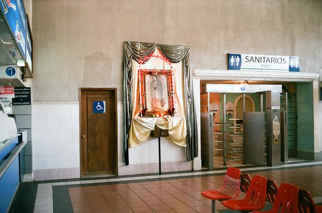 à la station de bus, entre les toilettes handicapé et les toilettes publics payants.jpg