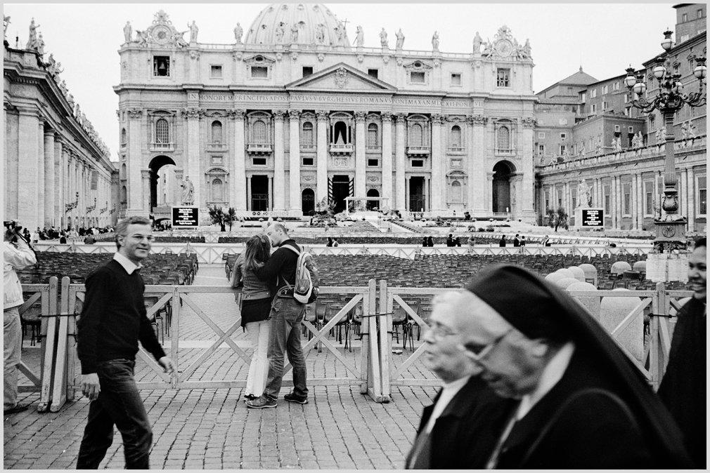 Una pareja se besa delante la Basílica de San Pedro , Ciudad del Vaticano, 2011