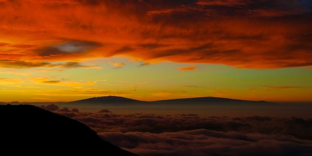 Céu fulminante ao nascer do sol no Vulcão Haleakal