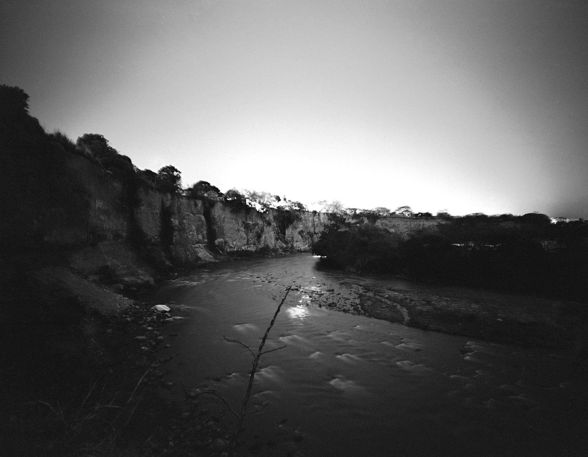 Acantilado sobre el Rio Gualí, Tolima, 9.30 pm.