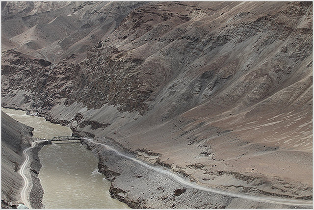 bridge over indus at zanskar confluence