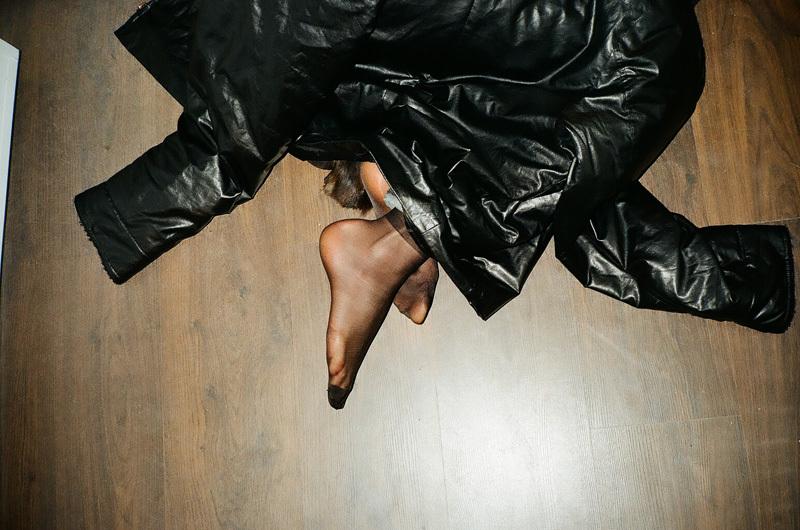 chaussette et vest en faux cuir sur le plancher.jpg