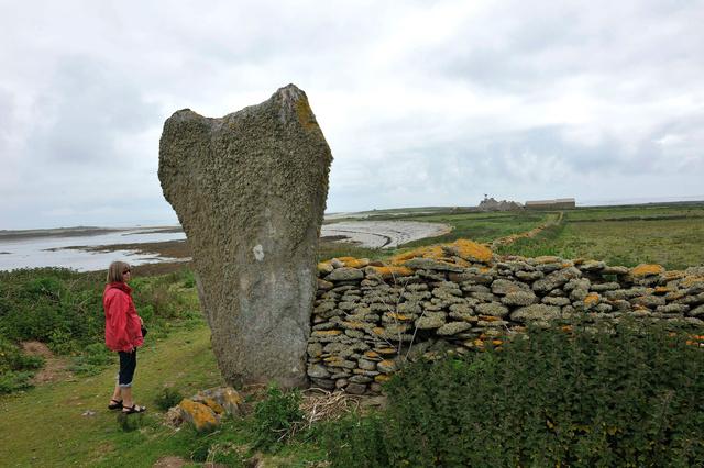 """L'île est riche de quelques beaux menhirs comme celui-ci dénommé """"l'éléphant"""""""