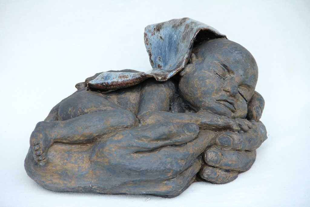 Brązowe dziecię 40cm ceramika szamotowa szkliwo