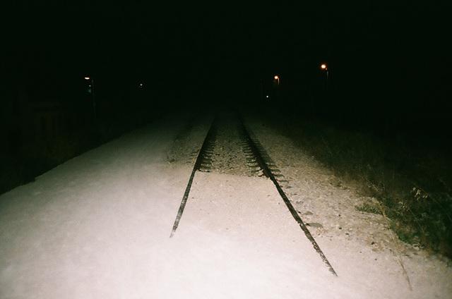 ancienne voie ferrée et lumière verdatre.jpg