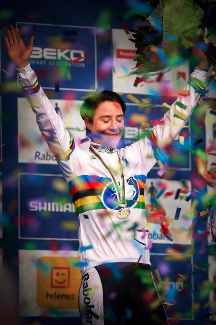 Voor de zevende keer is Marianne Vos wereldkampioen veldrijden, haar zesde titel op rij