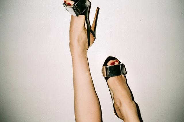jen et beyonce shoes sur fond blanc.jpg