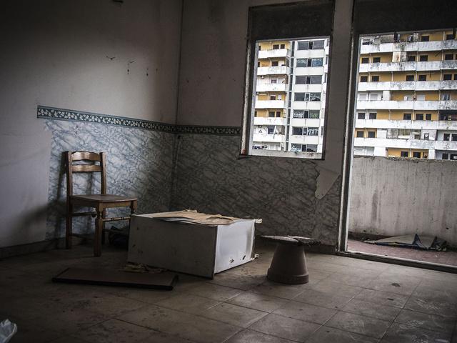 Uno dei numerosi appartamenti abbandonati nelle Vele di Scampia