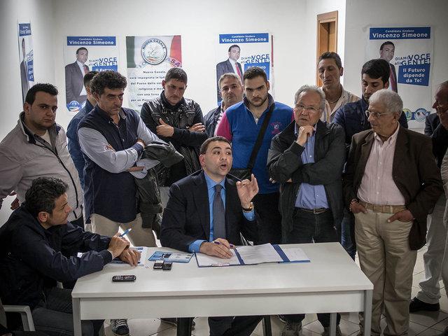 13.Un incontro serale nel comitato che appoggia il candidato a sindaco De Simone