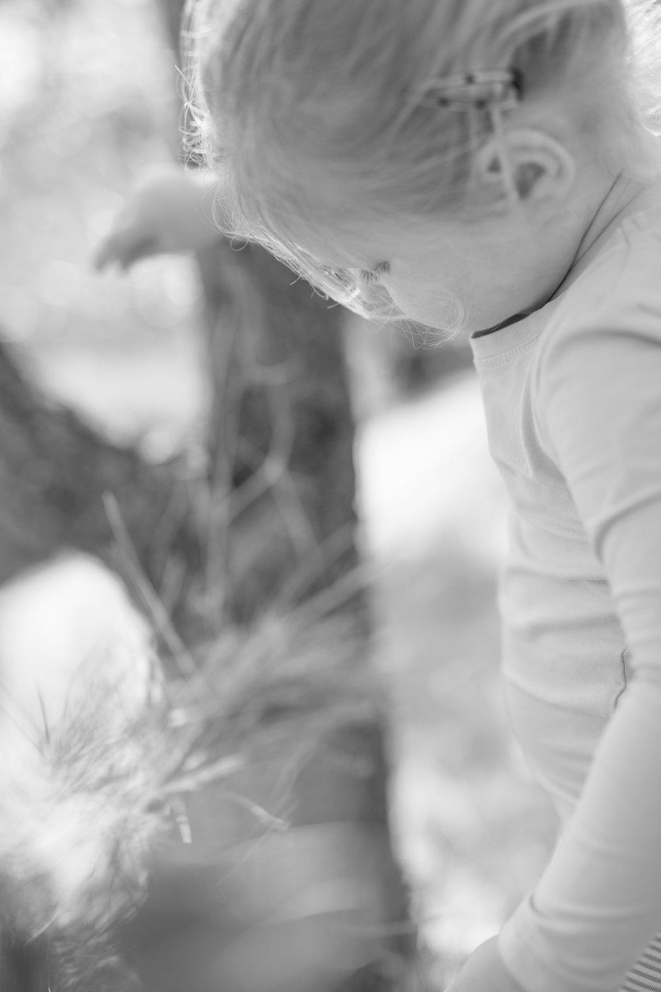 portretfoto jong kind met hooi - © Janneke Walter, kinderfotograaf omgeving Utrecht