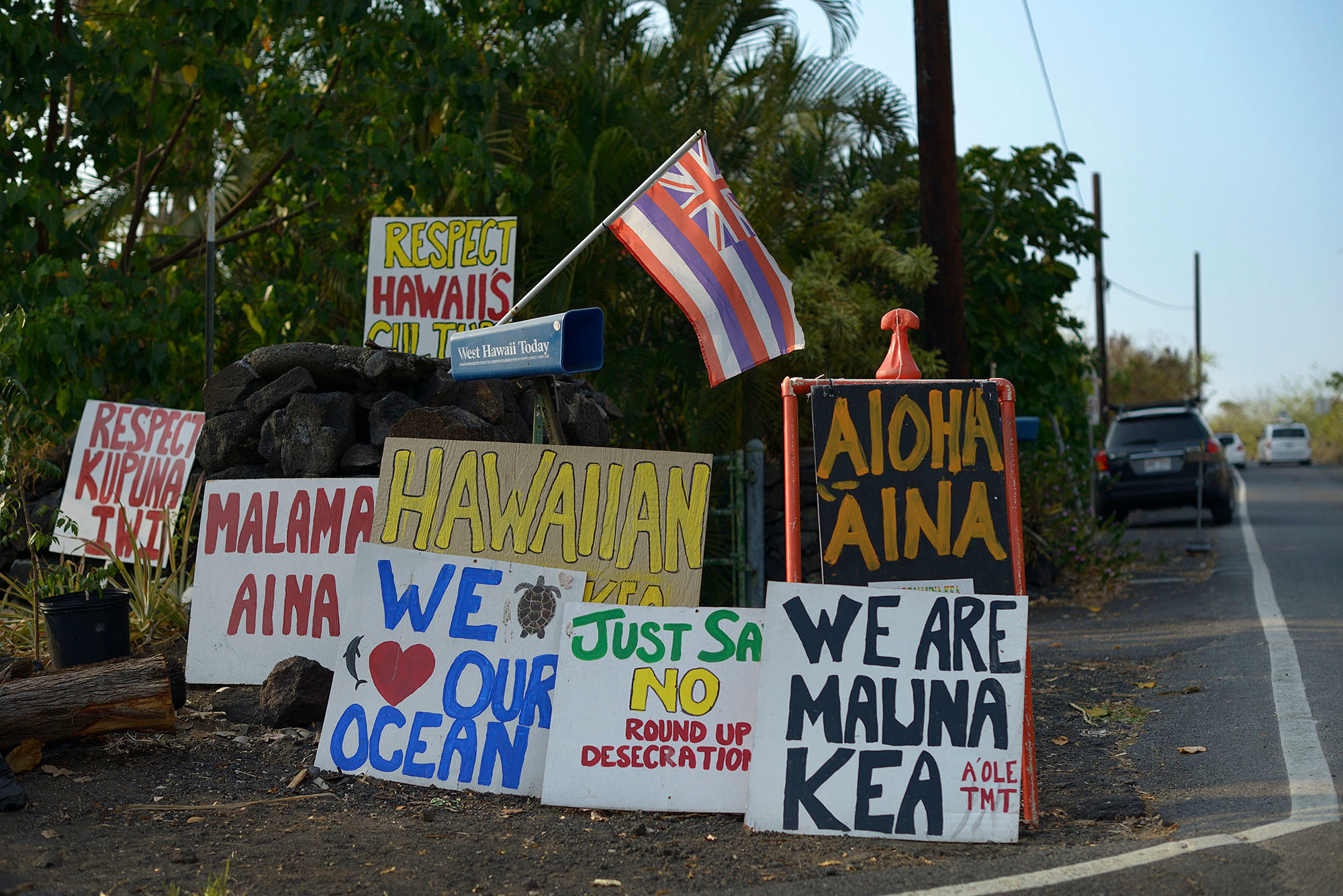 Big Island independence signs