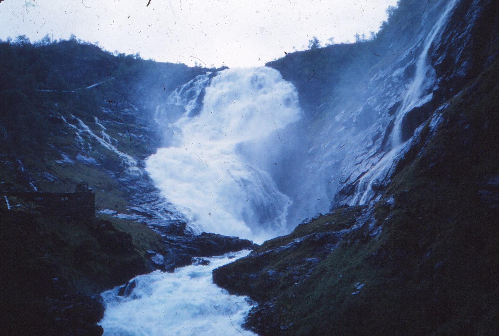 1184 (34) Kjossfoss waterval, gezien vanuit trein (Flåmlinie)
